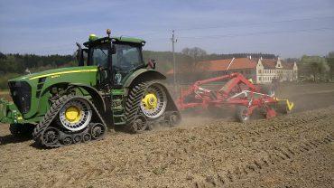 Bodenbearbeitung mit John Deere 345R mit Pöttinger Synkro Grubber (Guts- und Forstverwaltung DI Dr. Alfred Schreiberhuber)